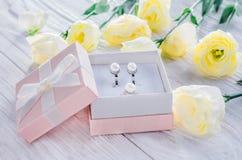 在礼物盒的珍珠耳环 免版税库存图片