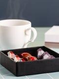 在礼物盒的豪华手工制造糖果 免版税库存图片
