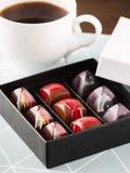在礼物盒的豪华手工制造糖果 免版税库存照片