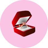 在礼物盒的金戒指 免版税图库摄影