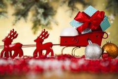 在礼物盒背景的圣诞老人雪橇 免版税库存照片