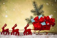 在礼物盒背景的圣诞老人雪橇 库存图片