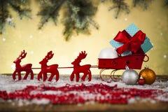 在礼物盒背景的圣诞老人雪橇 库存照片
