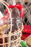 在礼物篮子特写镜头的巧克力圣诞老人 库存照片