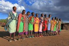 在礼节舞期间的马塞人妇女 免版税库存照片