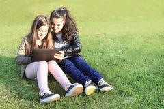 在社会网络的孩子 免版税库存照片