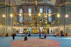 在祈祷期间的人在Yeni清真寺在伊斯坦布尔,土耳其 免版税库存图片