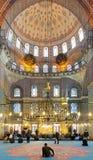 在祈祷期间的人在Yeni清真寺在伊斯坦布尔 免版税库存图片