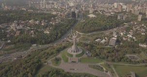 在祖国纪念碑的寄生虫飞行,基辅,乌克兰 股票录像