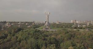 在祖国纪念碑的寄生虫飞行,基辅,乌克兰 股票视频