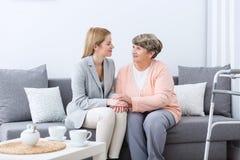 在祖母和孙女之间的友谊 免版税库存照片