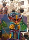 在祖鲁族人狂欢节浮游物前面的面具  免版税库存图片