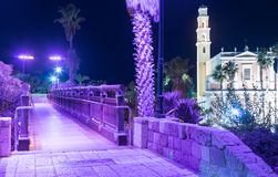 在祝愿的桥梁的聚光灯的紫罗兰色光的祝愿的桥梁位于位于o的聚光灯的紫罗兰色光 库存图片
