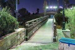 在祝愿的桥梁的聚光灯的绿灯的祝愿的桥梁位于位于老的聚光灯的绿灯 库存照片