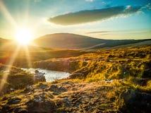 在神仙的水池在秋天,易碎的幽谷,斯凯,苏格兰的日落 免版税库存图片