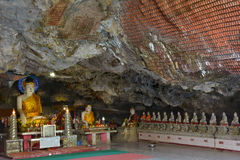 在神圣的Kaw钾Thawng里面的菩萨雕象在Hpa-An,缅甸陷下 免版税库存照片