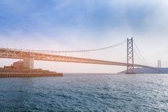 在神户海的明石最长的吊桥 库存图片