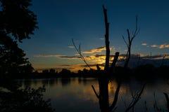 在神秘的河的美好的日落埃弗里特的马萨诸塞 库存照片