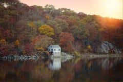 在神秘的海口, CT的反射性秋天颜色 免版税库存图片
