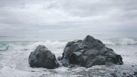 在神秘的海滩的海浪, BC 免版税图库摄影