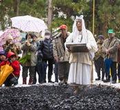 在神道的信徒的仪式的Firewalking 免版税库存照片