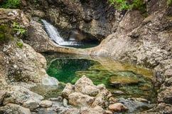 在神仙水池的瀑布在斯凯岛小岛在苏格兰 库存图片