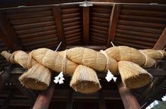 在祷告出云taisha霍尔前面的神圣的秸杆绳索  免版税图库摄影