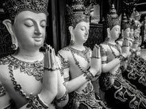 在祷告扣紧的美好的佛教雕塑手,佛教图细节在Wat Sanpayangluang雕刻了在南奔,泰国 免版税图库摄影