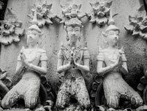 在祷告扣紧的美好的佛教雕塑手,佛教图细节在Wat Sanpayangluang雕刻了在南奔,泰国 免版税库存图片