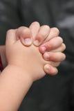 在祷告扣紧的手特写镜头  免版税库存图片