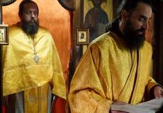 在祷告祈祷的画象期间的正统基督徒教士修士 库存图片