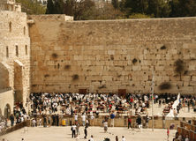 在祷告附近的耶路撒冷犹太人围住西& 库存图片