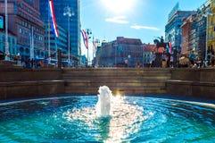 在禁令Jelacic广场的Mandusevac喷泉在萨格勒布 库存照片