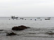 在禁令Krut,有海滩、海、天空和渔船的Prachuap Khiri Khan的风景视图 免版税库存照片