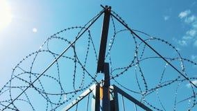 在禁止的疆土附近的铁丝网 闭合的疆土 警告危险 有刺的篱芭 股票视频
