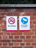 在禁烟火车站的cctv的两个标志 库存照片