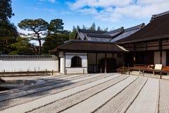 在禅宗庭院前面的银色亭子由石渣和沙子制成在Ginkakuji寺庙在京都,日本 免版税图库摄影