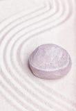 在禅宗庭院的美好的沙子的一块石头有波动图式的 图库摄影