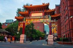 在福克纳街上的拱道在唐人街在曼彻斯特,英国 库存图片