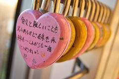 在福冈塔的爱锁 库存图片