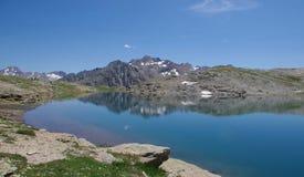 在福尔科拉通行证-利维尼奥,意大利附近的湖福尔科拉高山湖 免版税图库摄影