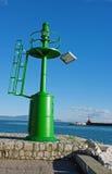 在福尔米亚意大利港口的入口的一座小绿色灯塔  库存图片