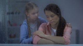 在离婚以后的女孩支持的沮丧的母亲,破坏,多雨天气 股票视频