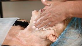 在秀丽中心 资深妇女参观美容师 应用面部护肤霜的美容师 防皱护肤奶油 股票视频