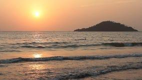 在秀丽海滩的日落 股票录像