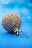 在秀丽蓝色背景的金黄圣诞节球 库存照片