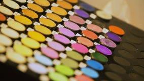 在秀丽陈列的女性测试眼影膏调色板,构成产品,脸 股票录像