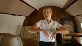 在私人喷气式飞机客舱的女实业家跳舞 股票视频