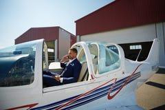 在私人喷气式飞机的成功的商人 库存照片