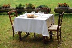 在私有草坪的正式桌设置 库存照片